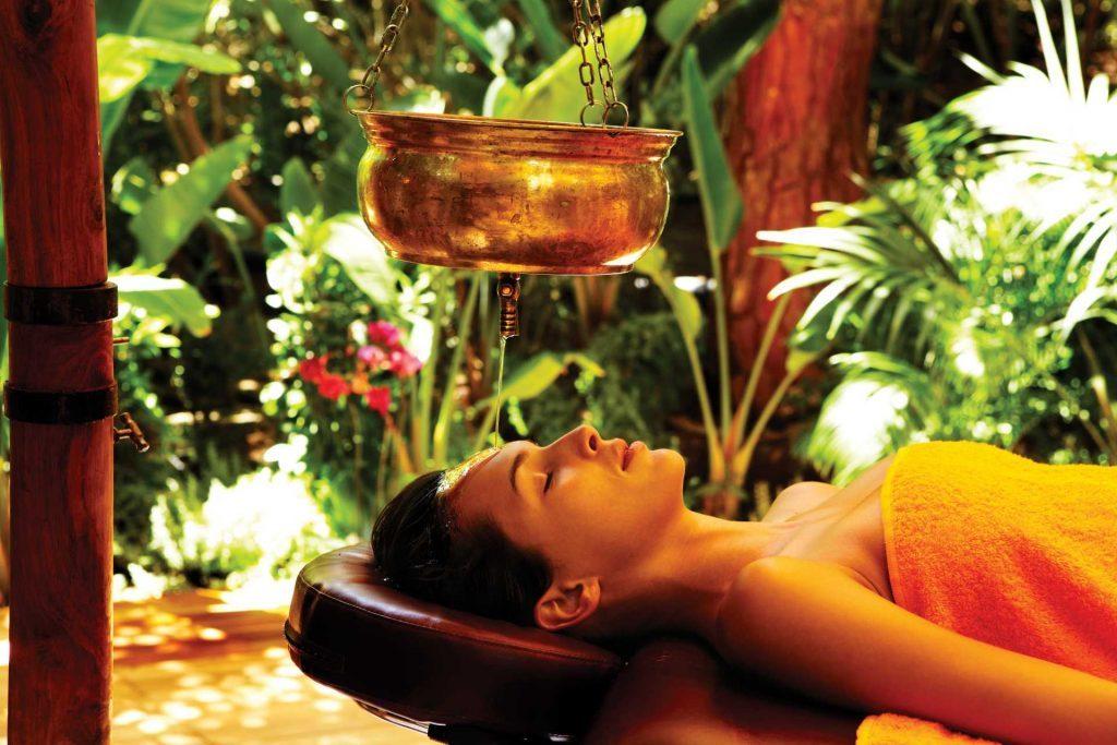 massaggio con olio ayurvedico forte village