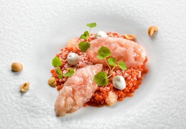heinz beck la ricetta della tartare di ricciola su granita di fragole, mousse di mandorle e finger lime